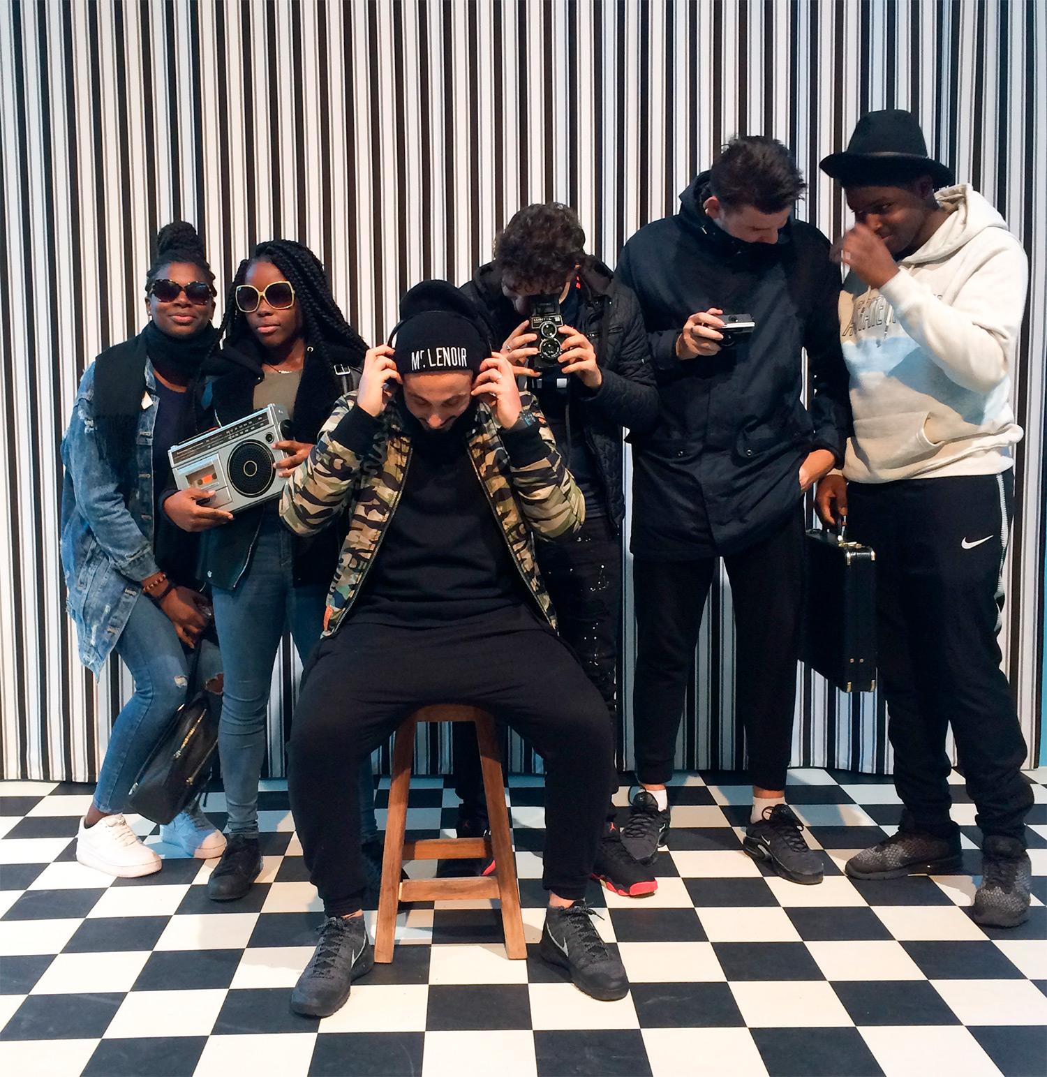 Visite de l'expo de Malick Sidibe à la Fondation Cartier avec les membres du centre social Ambroise-Croizat à Pierrefitte