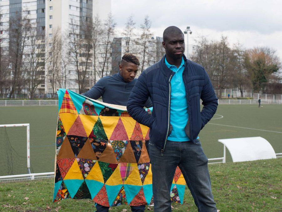 Séance portrait dans la ville avec le patchwork réalisé par l'atelier couture